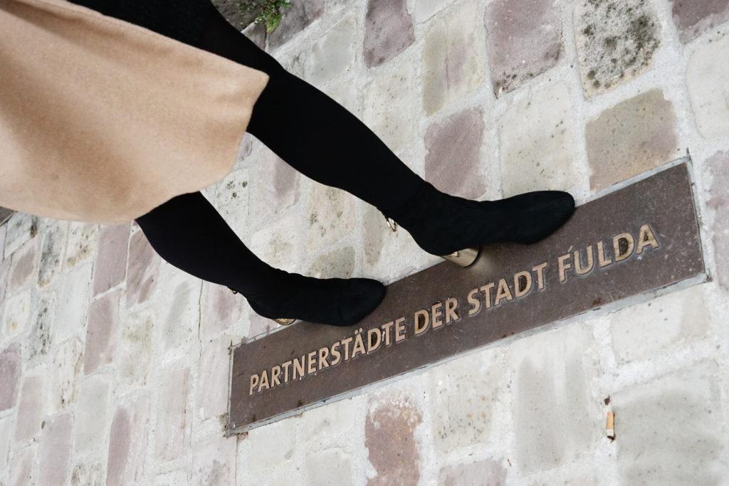 Goldenen Fußes entlang des Fuldaer Stadtschlosses
