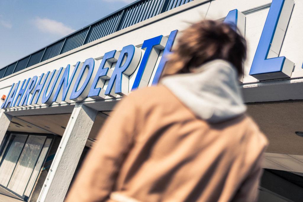 Sneaker & Sweatpants: Sportlich vor der Frankfurter Jahrhunderthalle