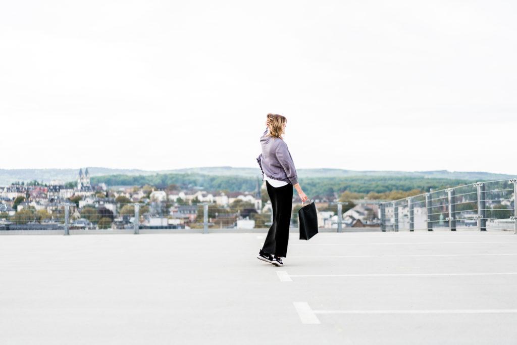 Parkhaus-Catwalk: Sportlicher Look über den Dächern Wiesbadens