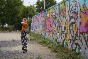 Luftiger Blumen-Look meets Wiesbadener Graffiti-Kunst