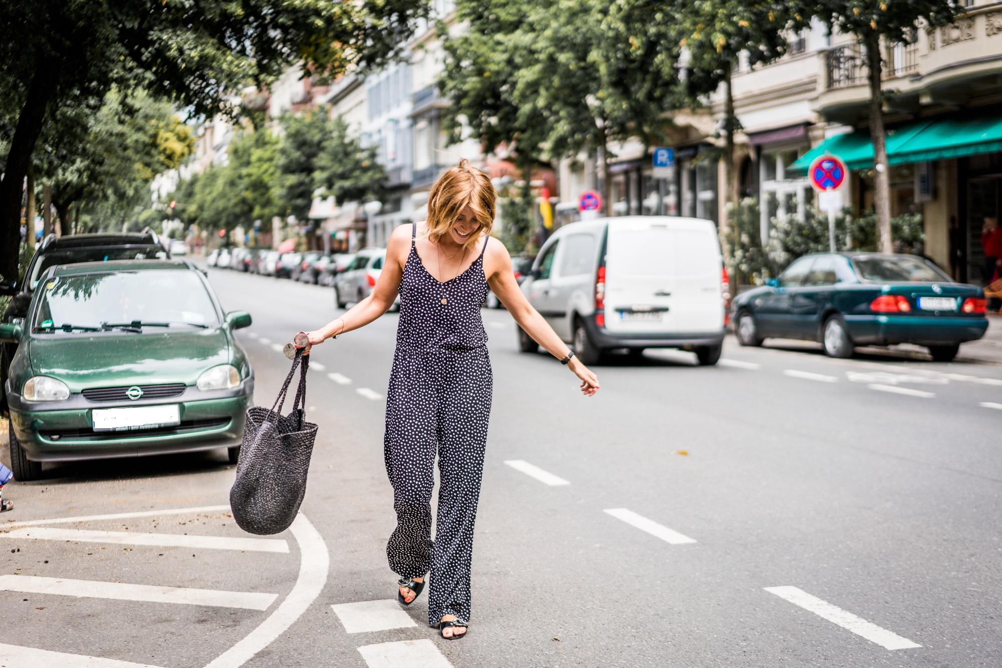 Uff den Punkt gebracht: Schicker Polka Dot-Jumpsuit auf der Taunusstraße